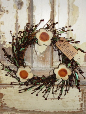 Daisy Wreath With Berries and Grungy Tag